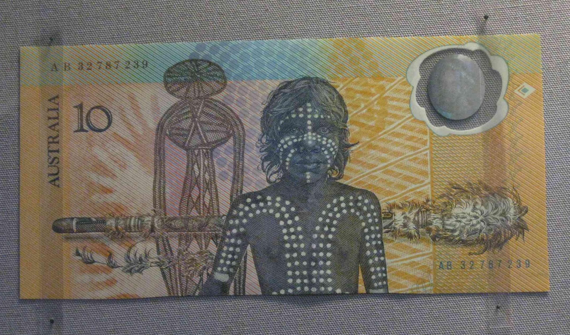 Australiens erster Plastik-Geldschein von 1988, gesehen in der Citi Money Gallery im British Museum in London, UK
